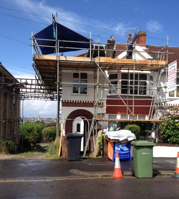 Tisdagen den 12 Augusti. Byggstallningarn ar uppe och de har gjort ett hal i taket sa att de kan ta sig in och ut.